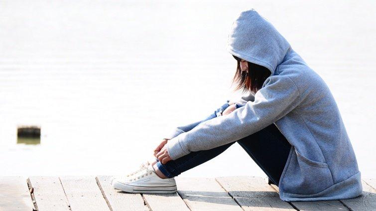 【請問教養專家】國中的女兒曾被霸凌,最近寫小說裡提到自殺,該如何幫助她?