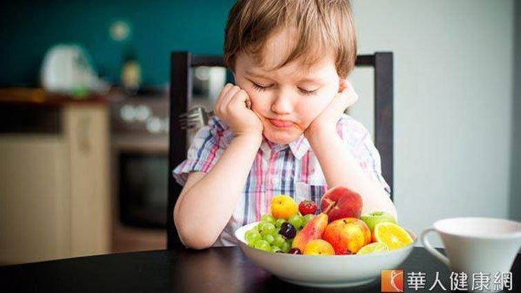 孩子喝果汁好健康?小心只是喝糖水
