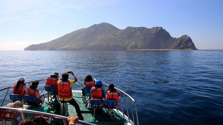 暑假衝一波,台灣10大跳島小旅行:宜蘭龜山島篇--逐浪追豚