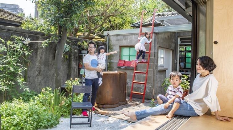 「學習一定要被關起來嗎?」建築設計師夫婦為孩子打造有天空的家