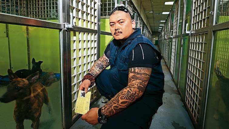 EMT李榮峰:斷掌的雙手變救動物的手