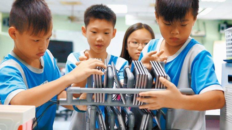 台南市長興國小 水管創客自組平板充電座