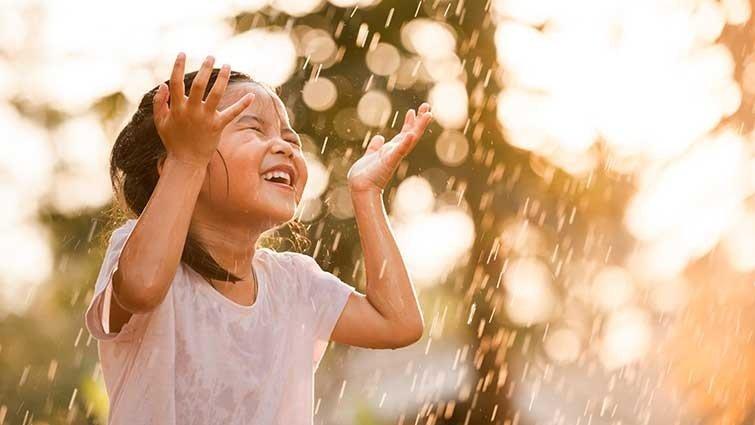 藍白拖:止住擔心,看見雨中的快樂