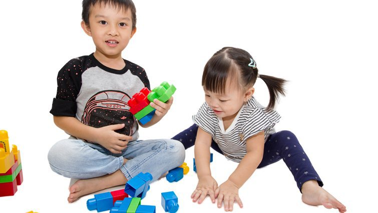 美調查:教養性別差異依舊在,男孩較不被鼓勵玩「女生遊戲」