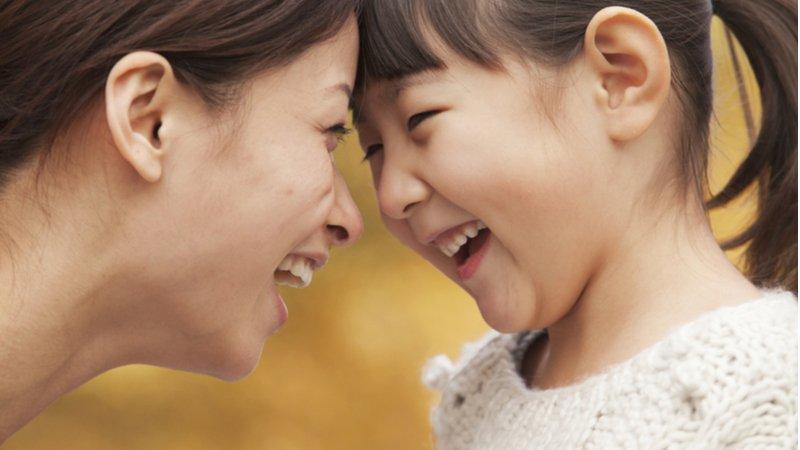 暫離社群媒體、清理小孩行程表...12個智慧建議,做更快樂的父母