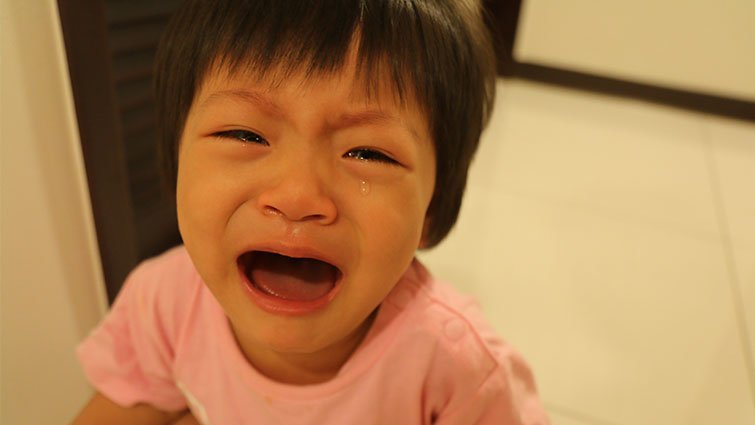 寶寶哭,爸媽第一步是抱還是不抱?
