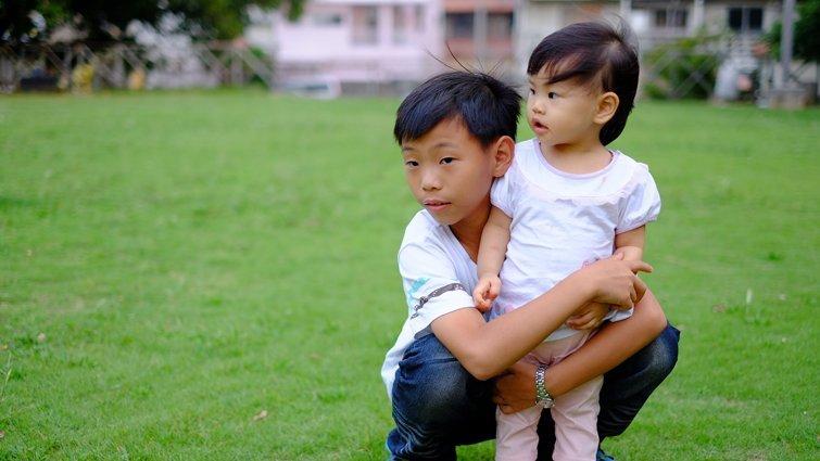0歲寶寶情緒發展 多擁抱才愛得足