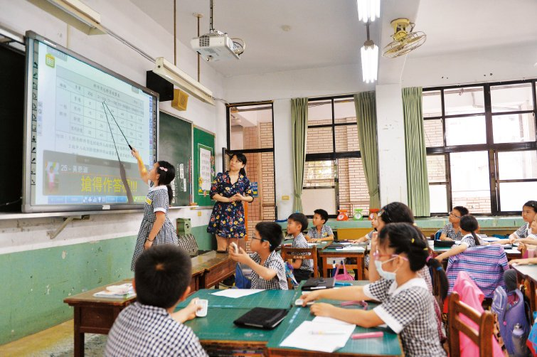 北新國小智慧教室,答題遙控器在手激發全班學習參與感