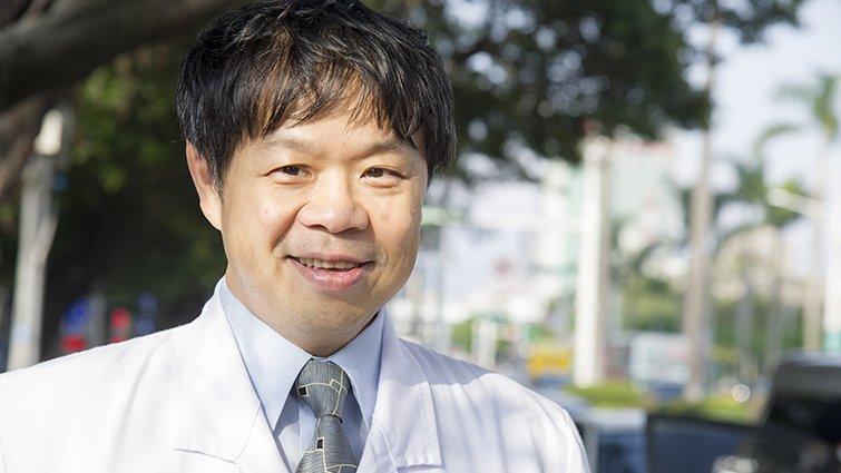 【不能回家過年的人】台大醫生施景中:救一個媽媽,就是救三個家庭