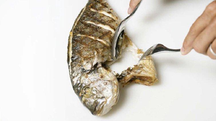 圖解:如何在桌邊分解煮熟的全魚