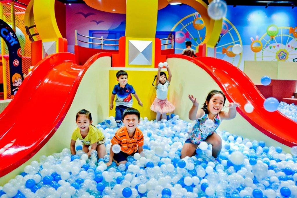 七彩、雪白、木製球池!搭捷運樂玩6個親子室內樂園