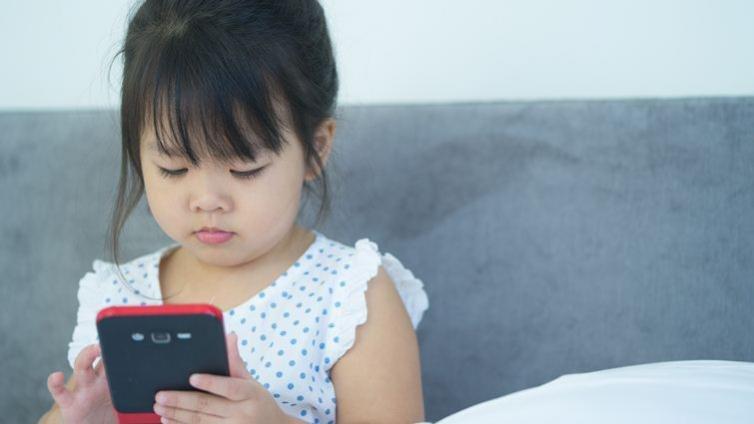 幼兒滑手機1小時,睡眠少16分鐘