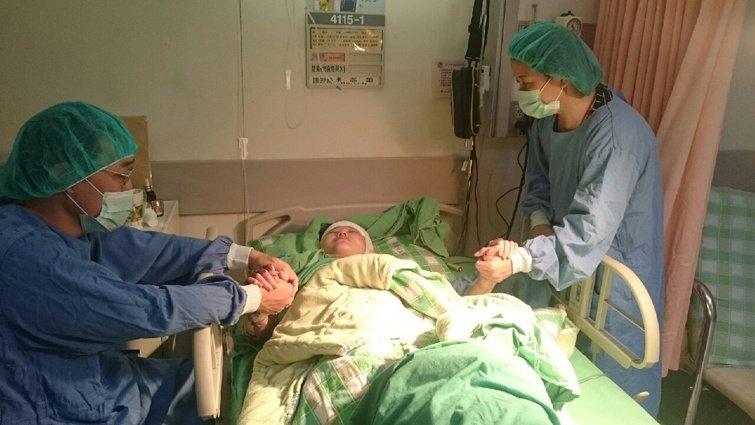 八仙塵燃女孩陳寧:媽媽曾對醫師說,想把自己的皮膚割給我用