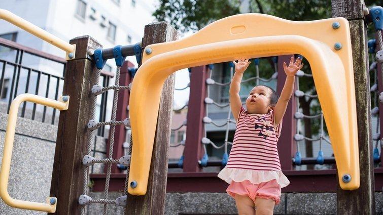孩子不敢挑戰特色公園遊具,可以怎麼引導?